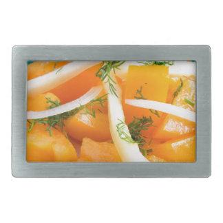 Scheiben der orange Tomate auf einer Platte mit Rechteckige Gürtelschnalle