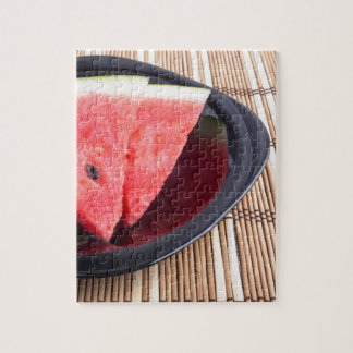 Scheiben der roten Wassermelone auf einer Puzzle