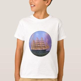 Scherer-Segelboot im lila Wasser T-Shirt