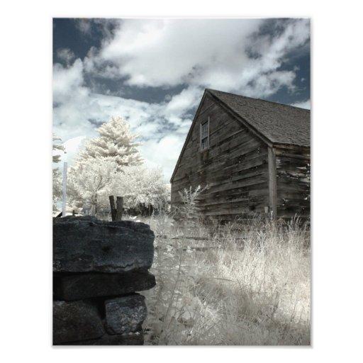 Scheune und Steinwand im Infrarot Fotodrucke