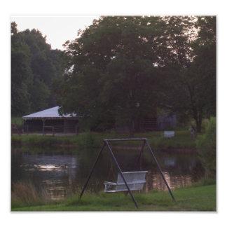 Scheune und Teich mit Tieren Foto Drucke