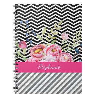 Schicke rosa Blumenschwarzweiss-Sparren und Name Spiral Notizblock
