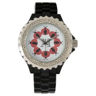 Schickes Marienkäfermonogramm des netten Uhr