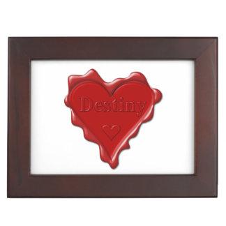 Schicksal. Rotes Herzwachs-Siegel mit Erinnerungsdose
