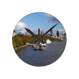 Schiffe auf der Themse Runde Wanduhr