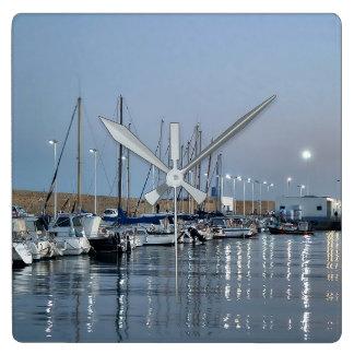 Schiffe im Hafen von Altea Quadratische Wanduhr