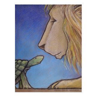 Schildkröte betrachtet Löwe Postkarte