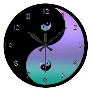 Schillernde Yin Yang Uhr