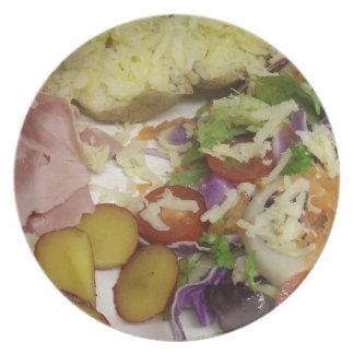 Schinken-Salat und Kleiden Teller