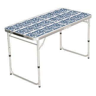 Schlaf beraubt aber noch lebendig im Blau Beer Pong Tisch