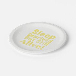 Schlaf beraubt aber noch lebendig im Gelb Pappteller
