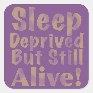 Schlaf beraubt aber noch lebendig im Gelb Quadratischer Aufkleber