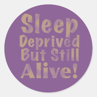 Schlaf beraubt aber noch lebendig im Gelb Runder Aufkleber