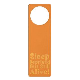 Schlaf beraubt aber noch lebendig im Gelb Türanhänger