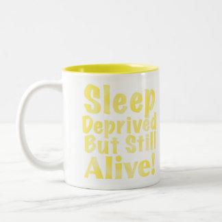 Schlaf beraubt aber noch lebendig im Gelb Zweifarbige Tasse