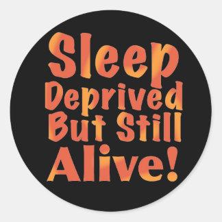 Schlaf beraubt aber noch lebendig in den runder aufkleber
