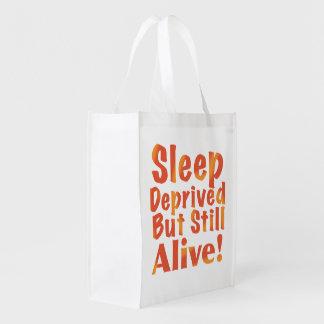 Schlaf beraubt aber noch lebendig in den wiederverwendbare einkaufstasche