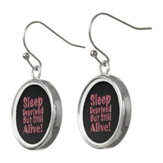 Schlaf beraubt aber noch lebendig in der Himbeere Ohrringe