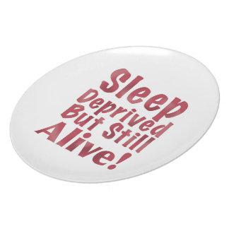 Schlaf beraubt aber noch lebendig in der Himbeere Teller
