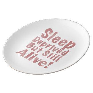 Schlaf beraubt aber noch lebendig in der staubigen teller