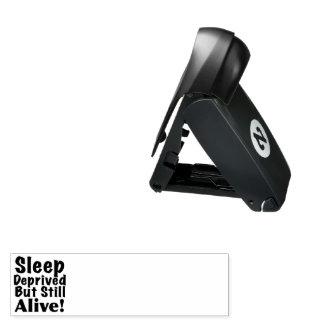Schlaf beraubt aber noch lebendig taschenstempel