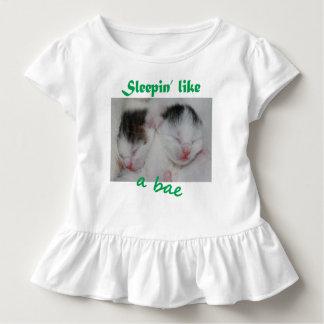 Schlafen wie ein Bae Kleinkind T-shirt