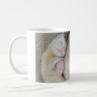 Schlafende Mama- und Babyfrettchen-Tasse Kaffeetasse