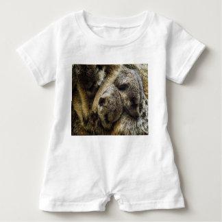 Schlafendes Baby Meerkats im Hundestapel Baby Strampler