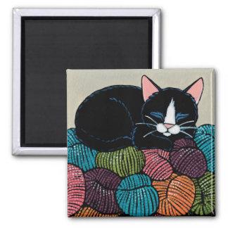 Schlafenkatze auf Berg der Garn-Illustration Quadratischer Magnet