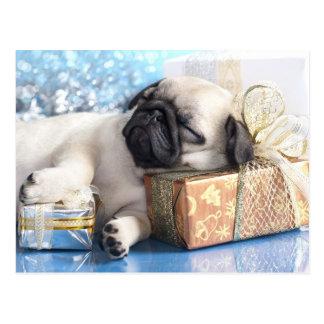 Schlafenwelpen-Mops und Weihnachtsgeschenke Postkarte