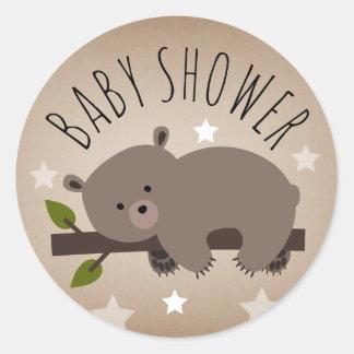 Schläfriger Bär spielt Babyparty-Aufkleber die Runder Aufkleber
