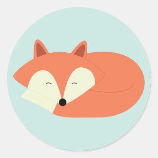 Schläfriger roter Fox Runder Aufkleber