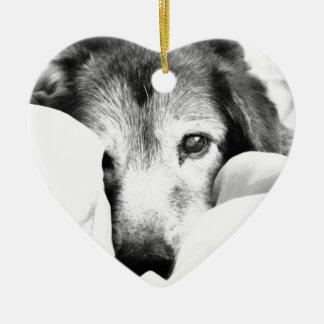 schläfriger Umarmungshund auf Schwarz-weißem Grau Keramik Herz-Ornament
