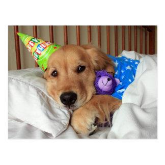 Schläfriges golden retriever im Pyjama-Geburtstag Postkarte
