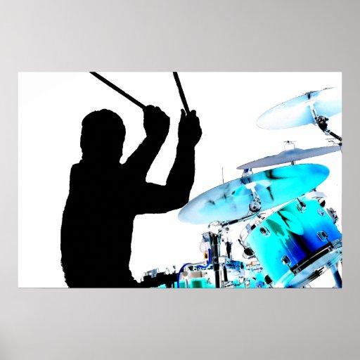 Schlagzeuger haftet in den umgewandelten Trommeln  Poster