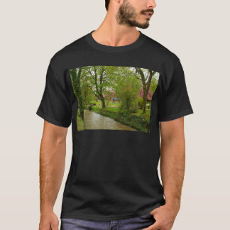 schlammiger Fluss nahe Prunusrosa-Blumenpark T-Shirt