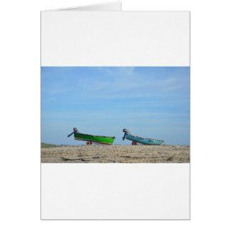 Schlauchboote auf einem Strand Karte