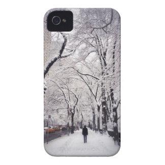 Schlendern eines Snowy-Stadt-Bürgersteigs iPhone 4 Hülle