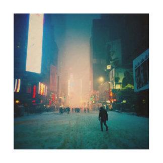 Schleppen durch den Schnee im Times Square Holzwanddeko