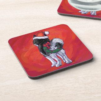 Schlittenhund in der Weihnachtsmannmütze auf Rot Getränkeuntersetzer