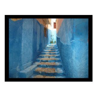 Schmales blaues Treppenhaus in Marokko Postkarte