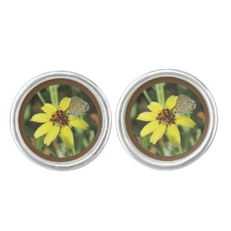 Schmetterling auf gelber Blume Manschetten Knöpfe
