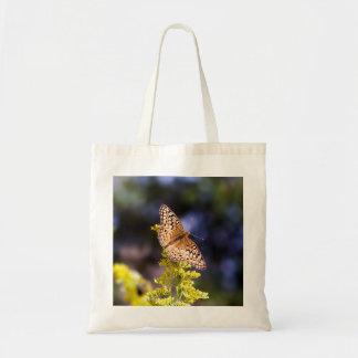 Schmetterling auf Goldrutenbudget-Taschen-Tasche Tragetasche