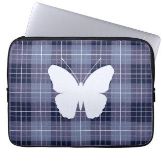 Schmetterling auf karierten Blues u. Purpur II Laptop Sleeve