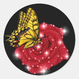 Schmetterling auf rote Rose m. sterne regentropfen Runder Aufkleber