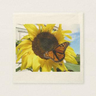 Schmetterling, der auf Sonnenblume stillsteht Papierserviette