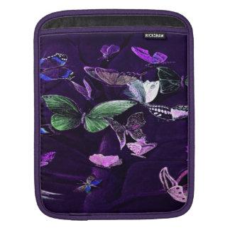 Schmetterlinge auf Lila iPad Sleeve