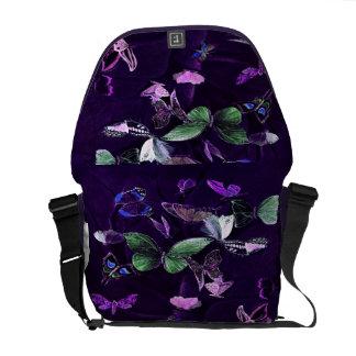 Schmetterlinge auf Lila Kurier Taschen