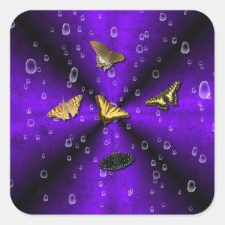 Schmetterlinge auf lila Regenbogen Quadratischer Aufkleber