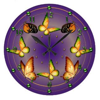 Schmetterlinge auf reichem Lila Große Wanduhr